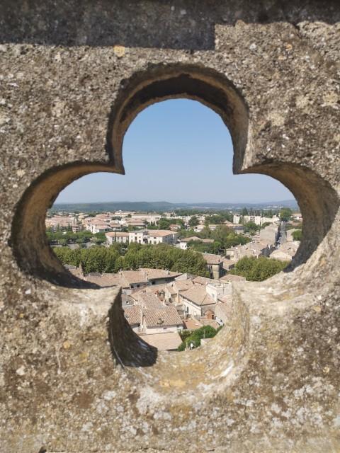 Uzès, construite sur un plateau calcaire